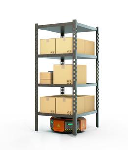 商品棚を運搬するオレンジ色のロボット。物流支援ロボットのコンセプトの写真素材 [FYI04648828]