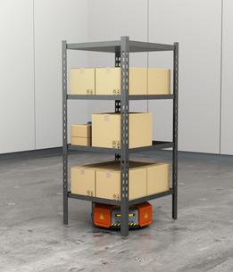 商品棚を運搬するオレンジ色のロボット。物流支援ロボットのコンセプトの写真素材 [FYI04648830]