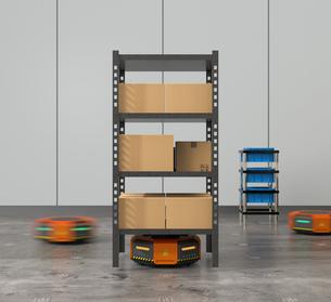 商品棚を運搬するオレンジ色のロボット。物流支援ロボットのコンセプトの写真素材 [FYI04648832]