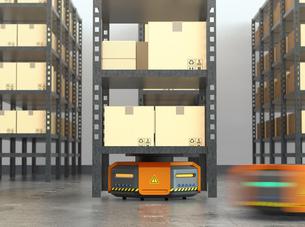 商品棚を運搬するオレンジ色のロボット。物流支援ロボットのコンセプトの写真素材 [FYI04648833]