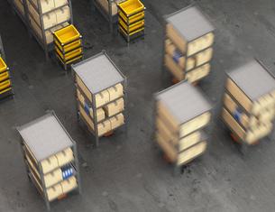 商品棚を運搬するオレンジ色のロボット。物流支援ロボットのコンセプトの写真素材 [FYI04648834]