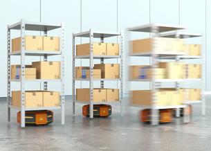 商品棚を運搬するオレンジ色のロボット。物流支援ロボットのコンセプトの写真素材 [FYI04648836]