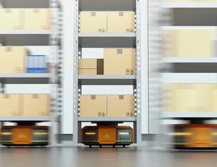 商品棚を運搬するオレンジ色のロボット。物流支援ロボットのコンセプトの写真素材 [FYI04648837]