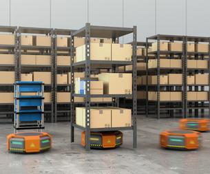 商品棚を運搬するオレンジ色のロボット。物流支援ロボットのコンセプトの写真素材 [FYI04648865]