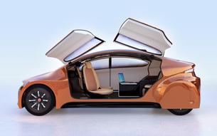 ドアが開いて、前列シートが後ろに回転した状態の自動運転車のインテリアイメージの写真素材 [FYI04648875]