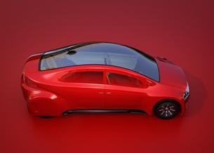 赤い背景にある赤いセダンのイメージの写真素材 [FYI04648880]