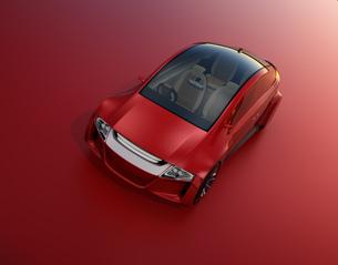赤い背景にある赤いセダンのイメージの写真素材 [FYI04648881]