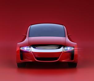 赤い背景にある赤いセダンの正面イメージ。オリジナルデザインの写真素材 [FYI04648882]