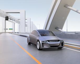 高速道路に走っているシルバー色の自動車の写真素材 [FYI04648893]