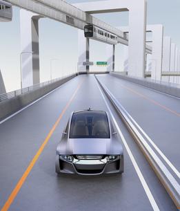 高速道路に走っているシルバー色の自動車の写真素材 [FYI04648894]