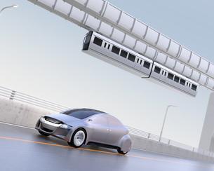 高速道路に走っているシルバー色の自動車の写真素材 [FYI04648897]
