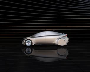 黒い背景の前にある艶消しシルバー塗装の電気自動車の写真素材 [FYI04648898]
