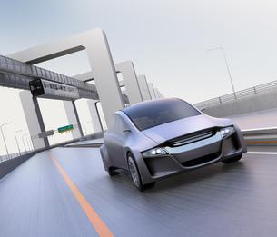 高速道路に走っているシルバー色の自動車の写真素材 [FYI04648901]