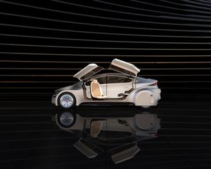 黒い背景の前にある艶消しシルバー塗装の電気自動車の写真素材 [FYI04648902]