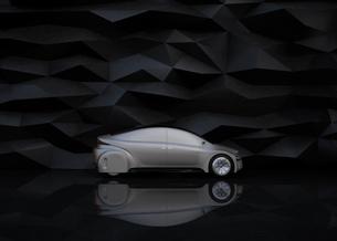 黒い背景の前にある艶消しシルバー塗装の電気自動車の写真素材 [FYI04648907]