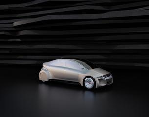 黒い背景の前にある艶消しシルバー塗装の電気自動車の写真素材 [FYI04648908]