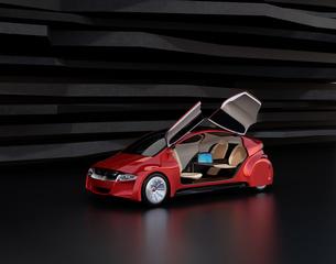 自動運転車の前方シートが後ろに回転され、後部座席にあるテーブルにノートPCが置かれているの写真素材 [FYI04648912]