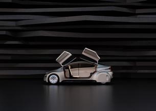 黒い背景の前にある艶消しシルバー塗装の電気自動車の写真素材 [FYI04648919]