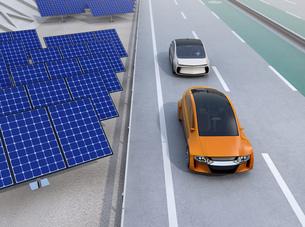 高速道路に走行している自動運転電気自動車。道路側に太陽光電池が設置されているの写真素材 [FYI04648927]