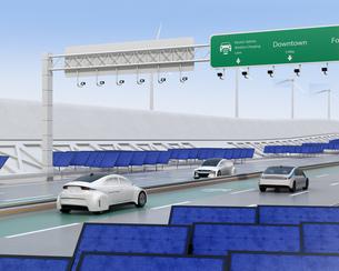 高速道路非接触充電優先レーンに走行している電気自動車。道路側に太陽光、風力発電設備が設置されているの写真素材 [FYI04648934]