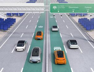 高速道路非接触充電優先レーンに走行している電気自動車。道路側に太陽光発電設備が設置されているの写真素材 [FYI04648935]