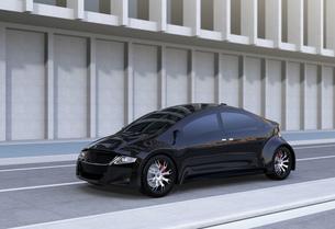 道路の脇に止まっている黒い自動運転車の写真素材 [FYI04648936]