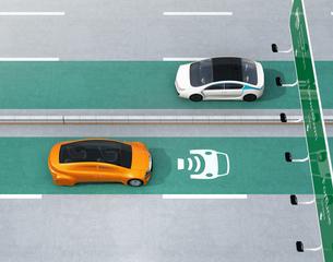 高速道路非接触充電優先レーンに走行している電気自動車の写真素材 [FYI04648938]