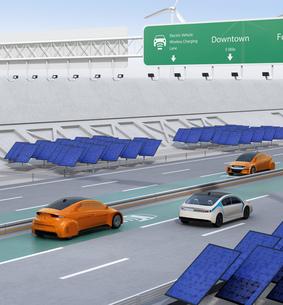 高速道路非接触充電優先レーンに走行している電気自動車。道路側に太陽光、風力発電設備が設置されているの写真素材 [FYI04648939]