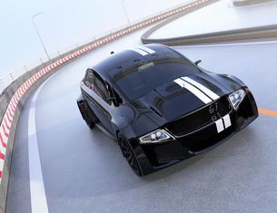 高速道路に走っているレーシングストライプの入った黒いスポーツカーの写真素材 [FYI04648942]