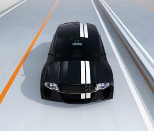 レーシングストライプの入った黒いスポーツカーの写真素材 [FYI04648943]