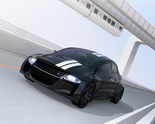 高速道路に走行している黒いスポーツカー。背景に懸垂式モノレールの写真素材 [FYI04648944]