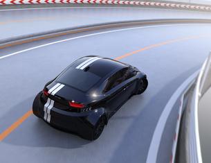 高速道路に走っているレーシングストライプの入った黒いスポーツカーの写真素材 [FYI04648952]