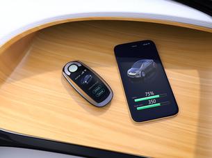 電気自動車のダッシュボードに置かれているスマートエントリーキーの写真素材 [FYI04648957]