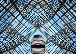 万華鏡のような背景にある艶消しシルバーの電気自動車の写真素材 [FYI04648960]