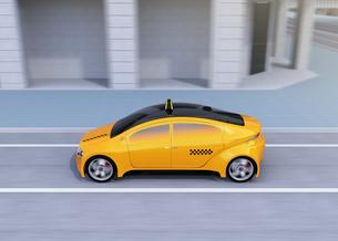 道路に走っている黄色いタクシーの側面イメージの写真素材 [FYI04648961]