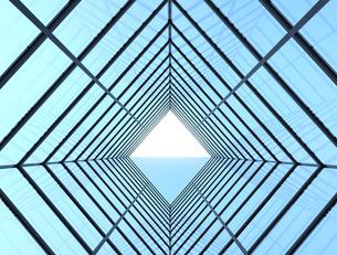 近未来的なガラス張りトンネルのイメージの写真素材 [FYI04648967]