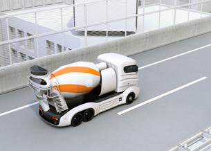 高速道路に走行しているトラックミキサのCGイメージの写真素材 [FYI04648973]