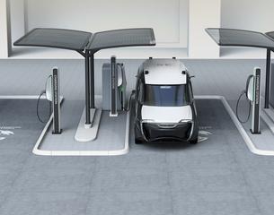 充電スタンドに充電している電気自動車イメージの写真素材 [FYI04648984]