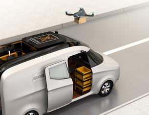 宅配車の屋根から飛び立ったドローンが小包を配達するの写真素材 [FYI04648999]