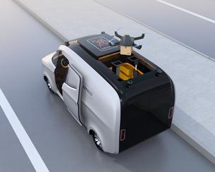 宅配車の屋根から飛び立ったドローンが小包を配達するの写真素材 [FYI04649005]