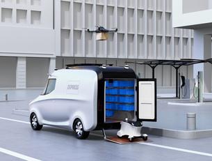 自動運転宅配車、配達ドローンとロボット。ラスト1マイルコンセプトの写真素材 [FYI04649020]