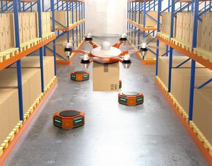 荷物を運ぶドローンとオレンジ色の運搬ロボット。物流支援ロボットのコンセプトの写真素材 [FYI04649023]