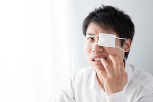 眼帯をした男性の写真素材 [FYI04649026]