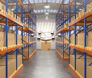 配送センターの倉庫に荷物を運ぶドローン。物流支援ロボットのコンセプトの写真素材 [FYI04649036]