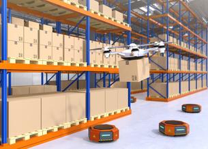荷物を運ぶドローンとオレンジ色の運搬ロボット。物流支援ロボットのコンセプトの写真素材 [FYI04649038]