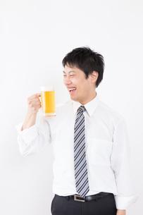 日本人男性とビールの写真素材 [FYI04649058]