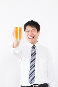 日本人男性とビールの写真素材 [FYI04649060]