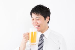 日本人男性とビールの写真素材 [FYI04649064]