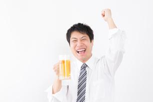 日本人男性とビールの写真素材 [FYI04649065]