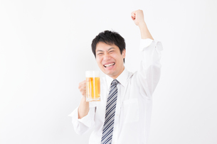 日本人男性とビールの写真素材 [FYI04649066]